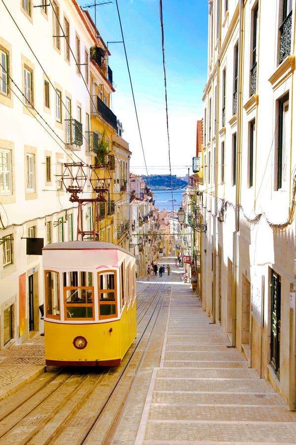 Teleférico de Lisboa Bica, bonde amarelo, da parte alta da cidade velho, curso Lisboa imagens de stock royalty free