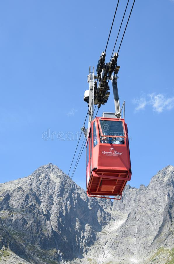Teleférico do lomnica de Tatranska com a montanha no aspecto do portait imagem de stock