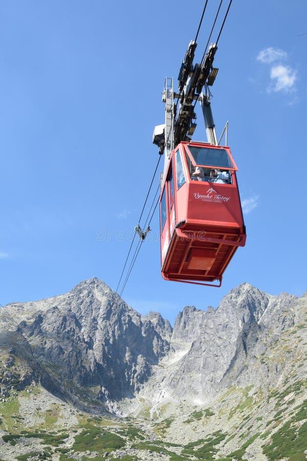 Teleférico do lomnica de Tatranska com a montanha no fundo imagem de stock