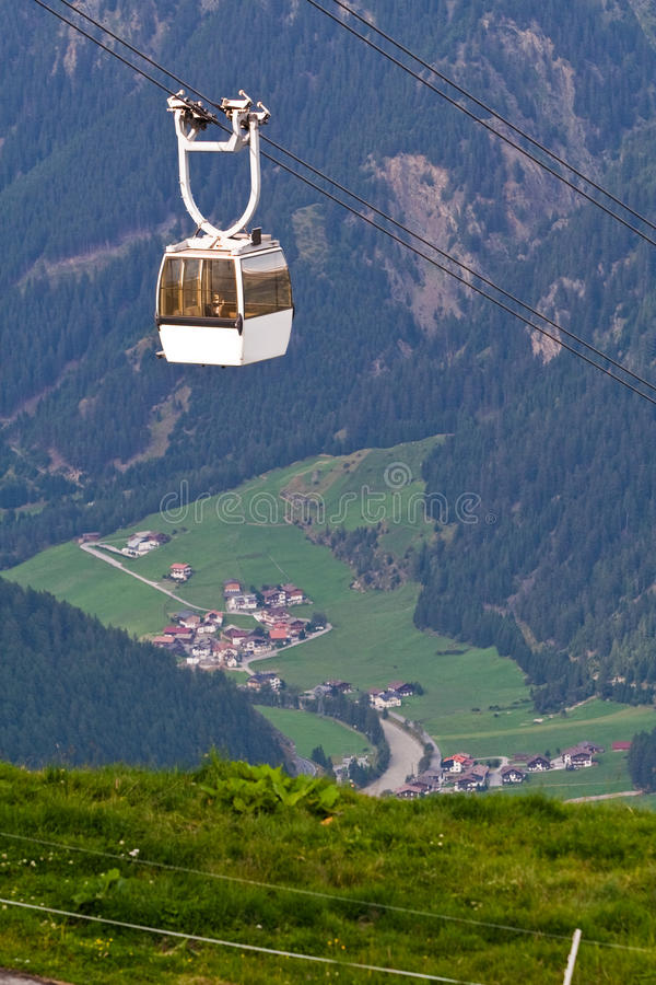 Download Teleférico Elevado Nas Montanhas Foto de Stock - Imagem de esporte, viagem: 12804502