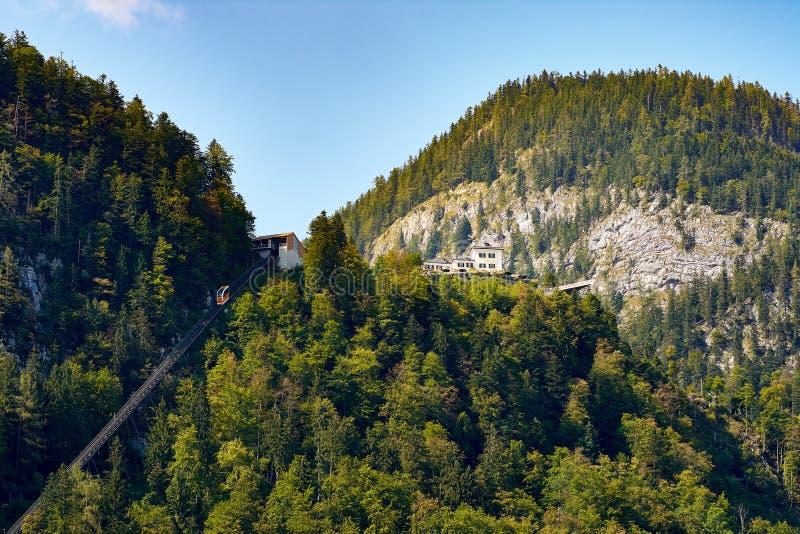 Teleférico, floresta e montanhas sobre a cidade austríaca de Hallst fotos de stock