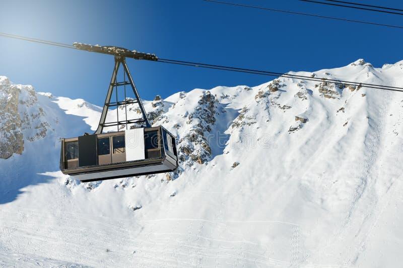 teleférico grande no fundo nevado da montanha do inverno imagens de stock