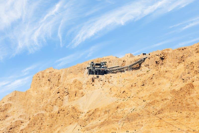 Teleférico a Masada - la fortaleza judía antigua en el desierto de Judaean que pasa por alto el mar muerto Israel imagen de archivo libre de regalías