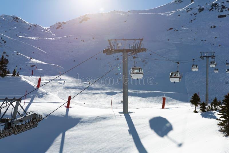 Teleférico na estância de esqui em França Paisagem bonita do inverno e montanhas cobertos de neve fotografia de stock