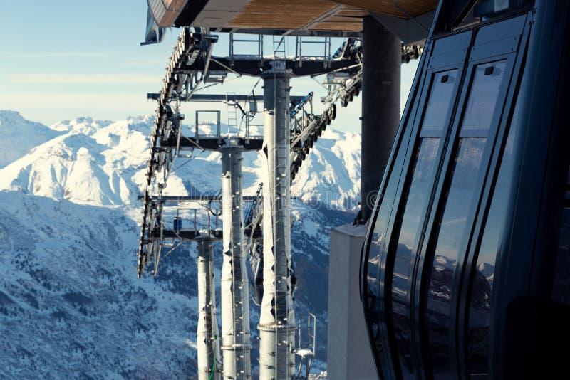 Teleférico na estância de esqui em França Paisagem bonita do inverno e montanhas cobertos de neve imagens de stock