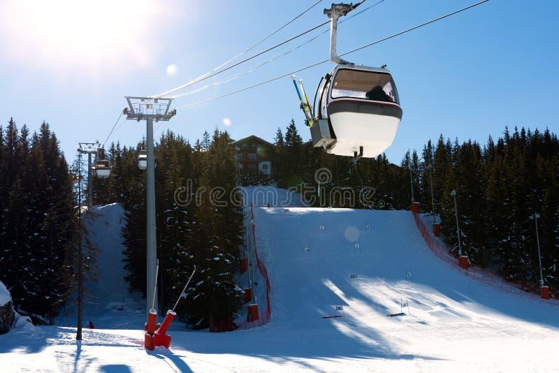 Teleférico na estância de esqui em França Paisagem bonita do inverno e montanhas cobertos de neve foto de stock
