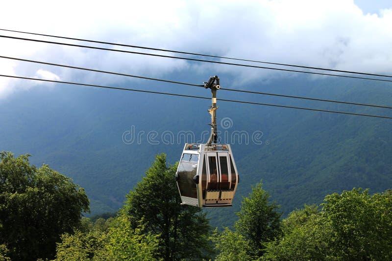 Teleférico nas montanhas foto de stock royalty free