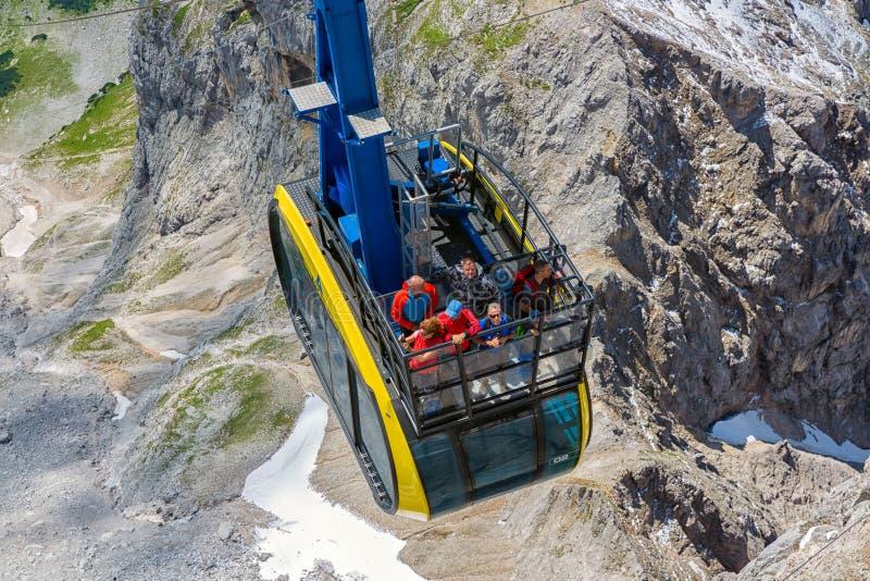 Teleférico que se acerca al stattion austríaco de la montaña del glaciar de Dachstein fotos de archivo libres de regalías