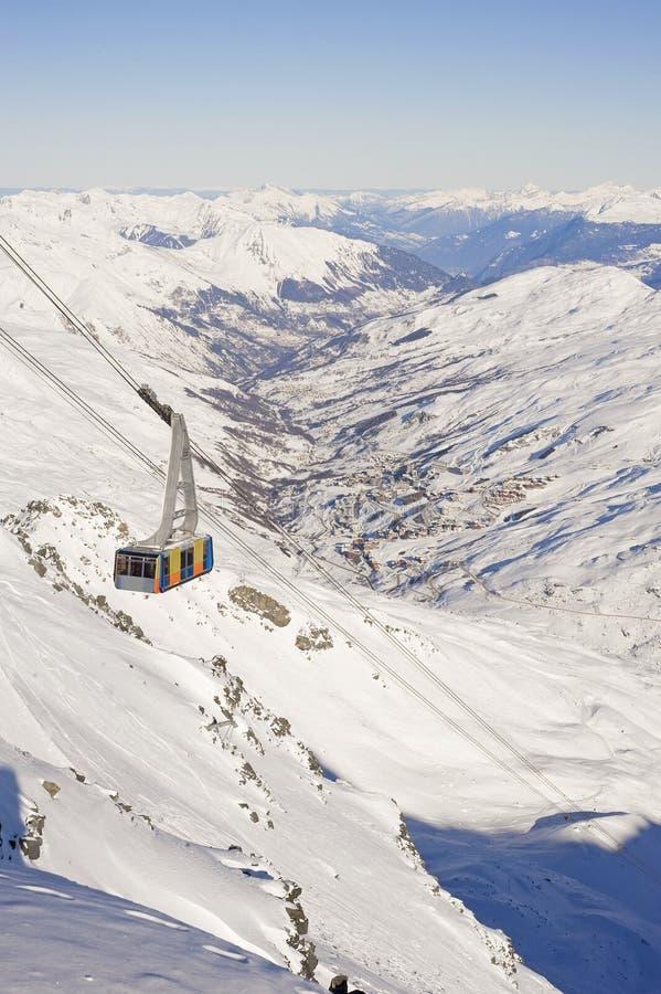 Teleférico sobre un valle de la montaña fotos de archivo libres de regalías