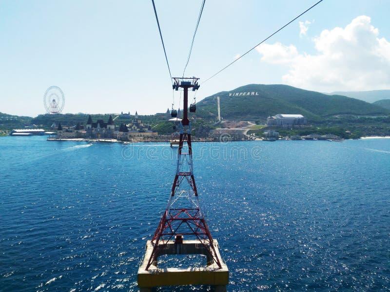 Teleférico a Winperl, uma viagem sobre o mar, uma ilha do entretenimento, roda de ferris, cruzando a água, um entretenimento c do fotos de stock royalty free