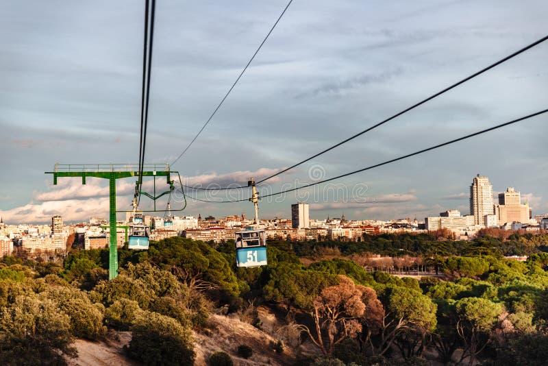 Teleférico y cabina sobre parque en Madrid imagen de archivo