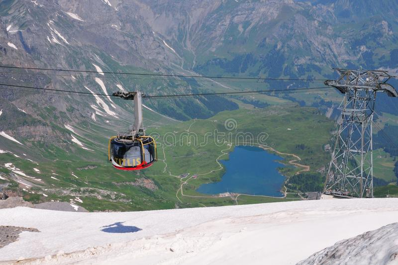 teleférico 360 a y desde el soporte Titlis en Suiza fotografía de archivo