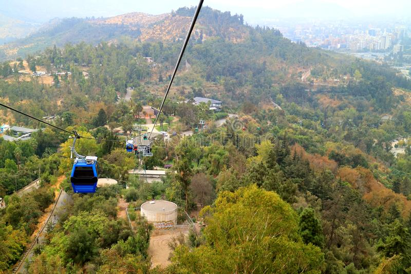 Teleféricos de Cerro San Cristobal Hill entre el follaje de otoño, Santiago, Chile fotos de archivo libres de regalías