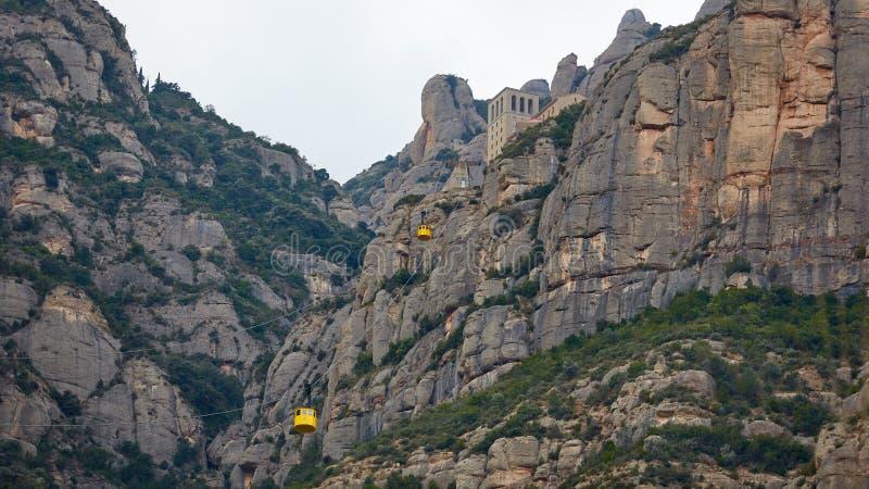 Telef?rico amarelo na eleva??o de Aeri de Monserrate a de Montserrat Abbey perto de Barcelona, Espanha, Catalonia imagens de stock