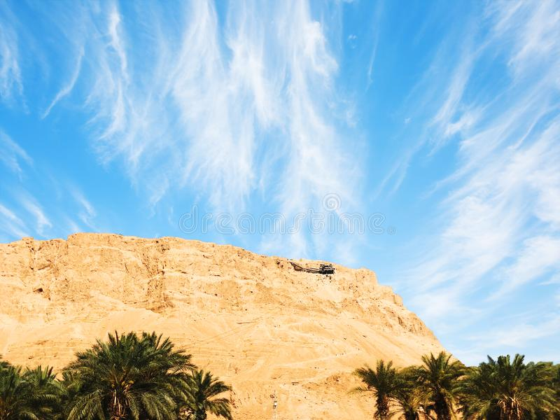 Telef?rico a Masada - la fortaleza jud?a antigua en el desierto de Judaean que pasa por alto el mar muerto Israel imágenes de archivo libres de regalías