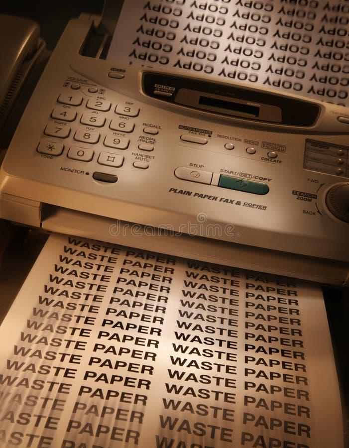 Telefaxmaschine, die Exemplare erstellt lizenzfreie stockfotos