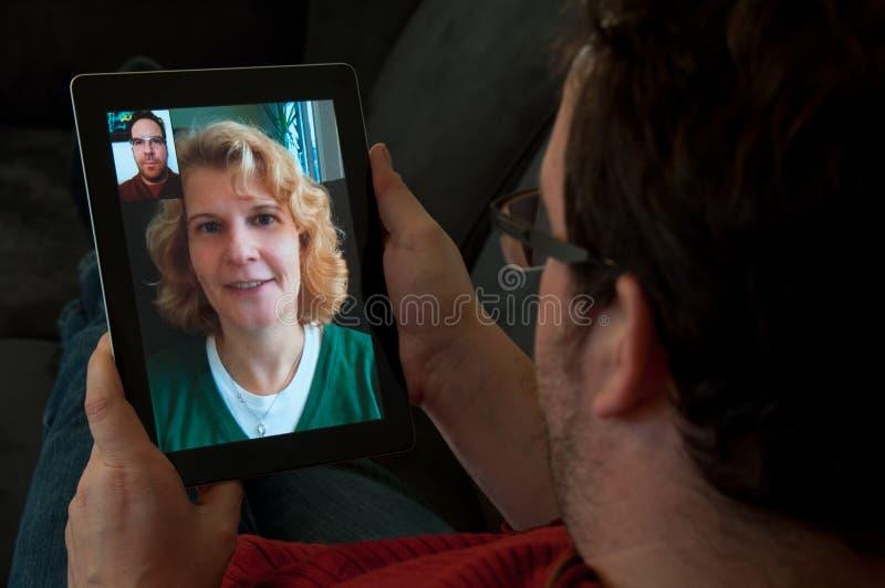 Telefonía video en la PC de la tablilla de Digitaces imagen de archivo libre de regalías