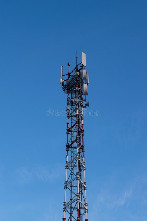 Telefon antena na nieba tle fotografia royalty free