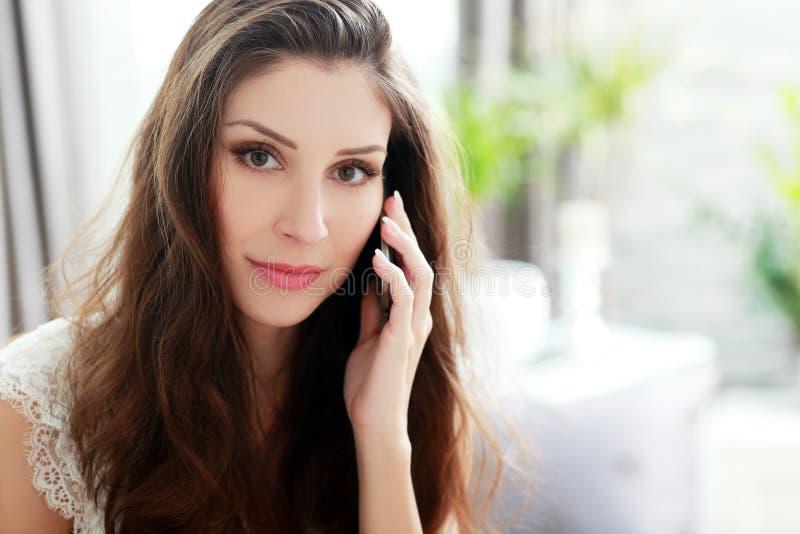 Telefon-Aufruf zu Hause stockfotos
