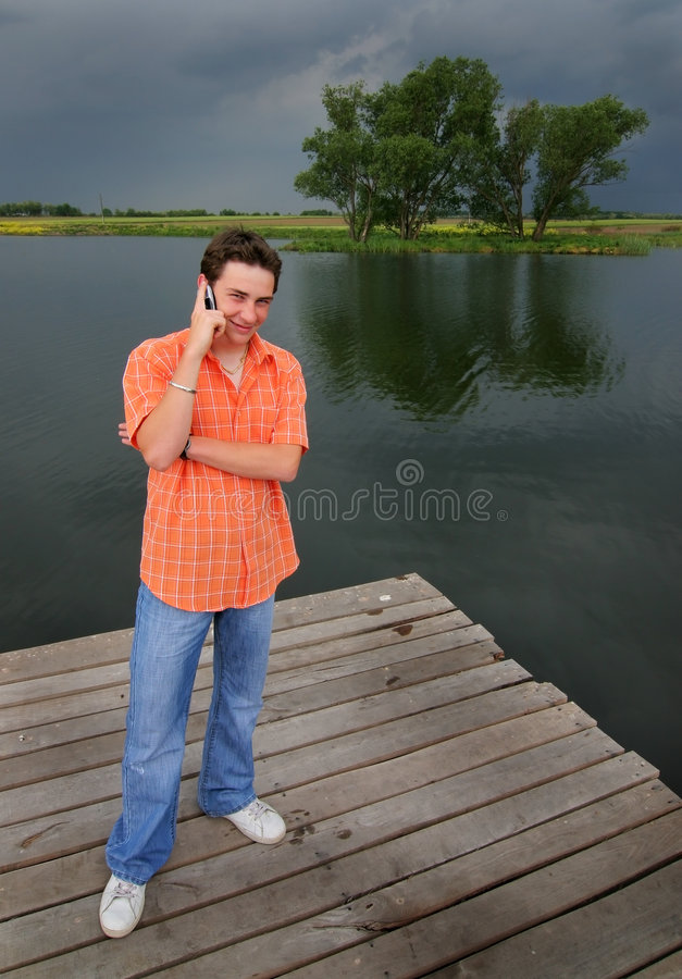 Telefon in dem See lizenzfreies stockfoto