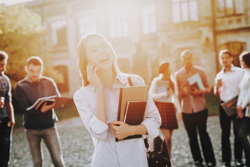 Telefon dziewczyna Szczęśliwy ucznie Podwórze Książki zdjęcia stock