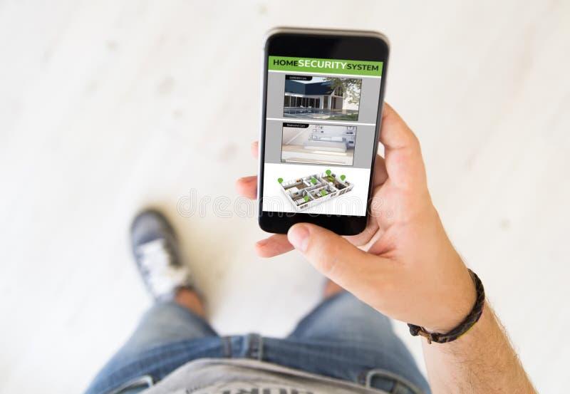 telefon för app för hem- säkerhet för man royaltyfri foto