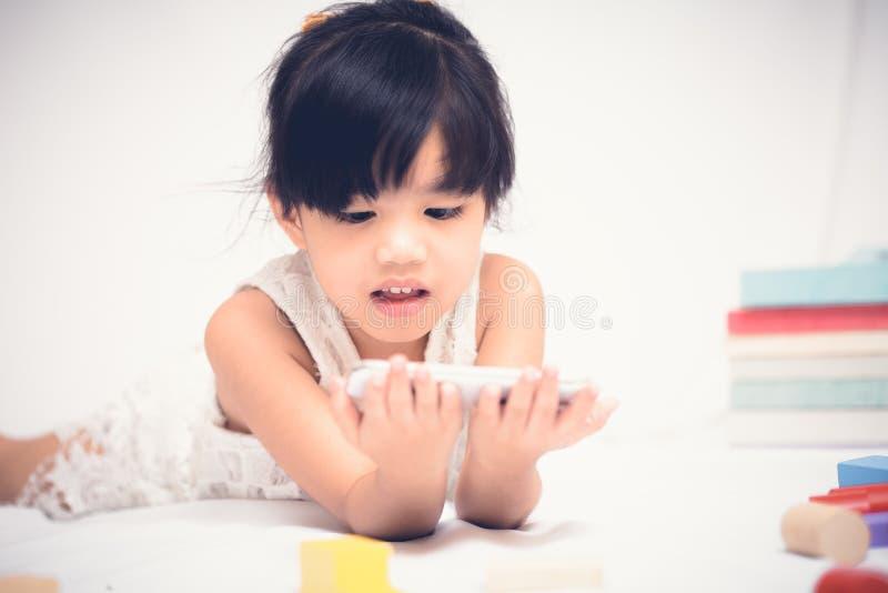 Telefon för barnlek på vit bakgrund royaltyfri foto
