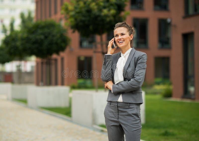 Telefon för cell för affärskvinna talande royaltyfri bild