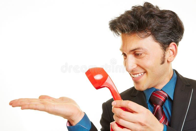 Telefon för innehav för affärsman till hans hand arkivfoton