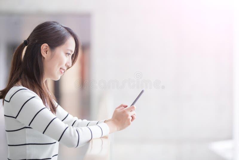 Telefon för skönhetkvinnabruk royaltyfria bilder
