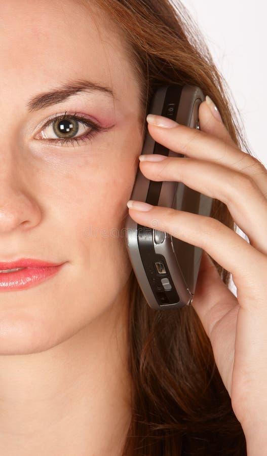Telefon gegen Ohr lizenzfreie stockfotografie