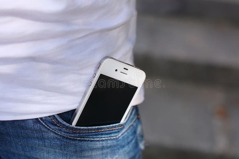 Telefon i fick- slut för jeans upp royaltyfria foton
