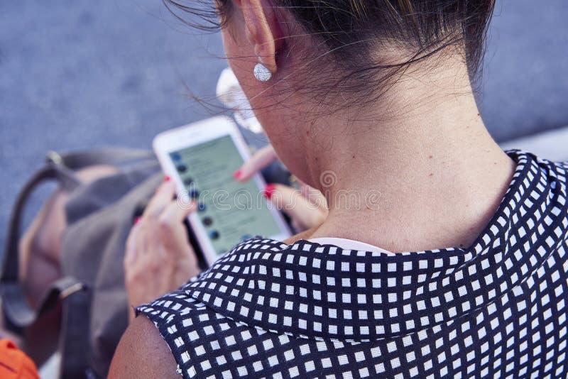 telefon jej przyglądająca kobieta obraz stock