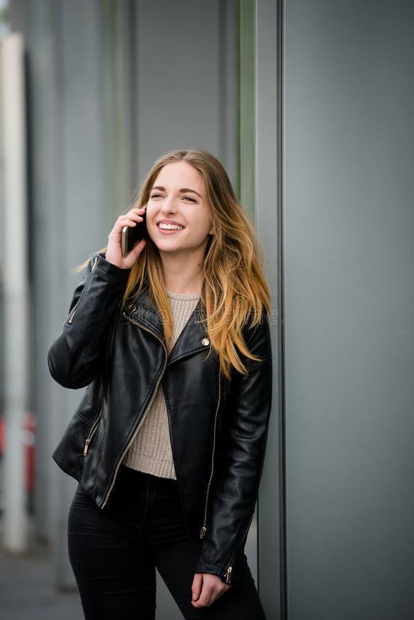 Am Telefon - jugendlich in der Straße lizenzfreies stockfoto