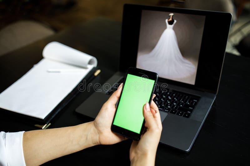telefon kobieta Online zap?ata Kobiety wr?czaj? u?ywa? smartphone i laptop dla online zakupy Podpis dokumenty obraz royalty free