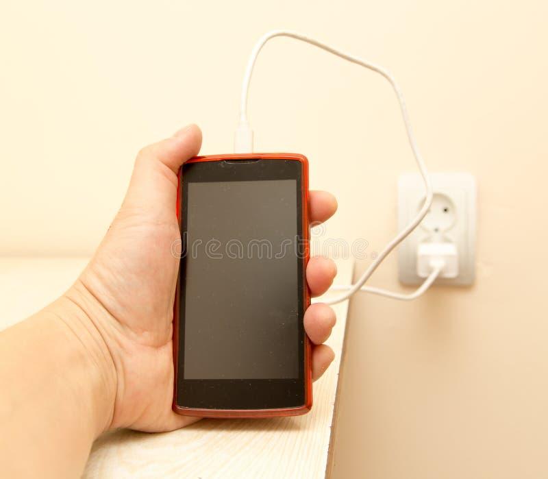 Telefon komórkowy ładuje w twój ręce zdjęcia stock