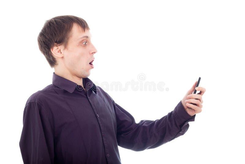 telefon komórkowy śmieszny przyglądający mężczyzna głupek zaskakiwał obraz stock