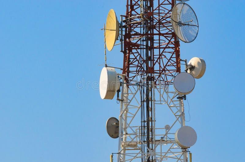 Telefon komórkowy anteny komunikacyjny wierza z anteną satelitarną dalej zdjęcia stock