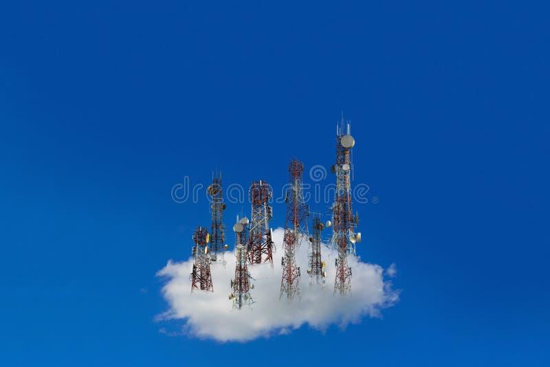 Telefon komórkowy anteny komunikacyjny wierza z c i niebieskim niebem obrazy royalty free