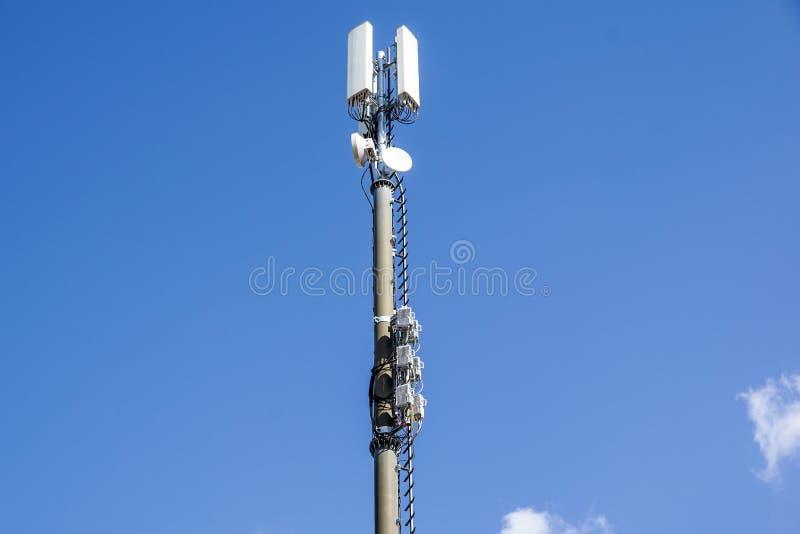 Telefon komórkowy donosicielki komunikacyjna antena Telefon komórkowy sieci antena obraz royalty free