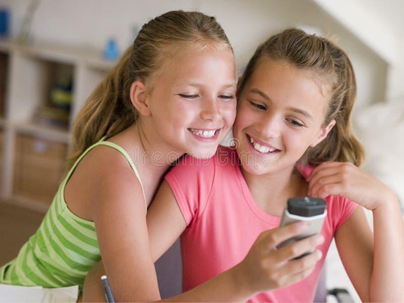 telefon komórkowy dziewczyny grać young zdjęcia stock