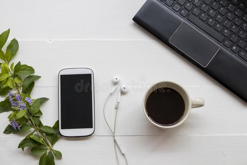 Telefon komórkowy, komputer dla biznesowej pracy z kawą zdjęcie stock