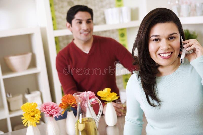 telefon komórkowy męża przyglądający kobiety potomstwa obrazy stock