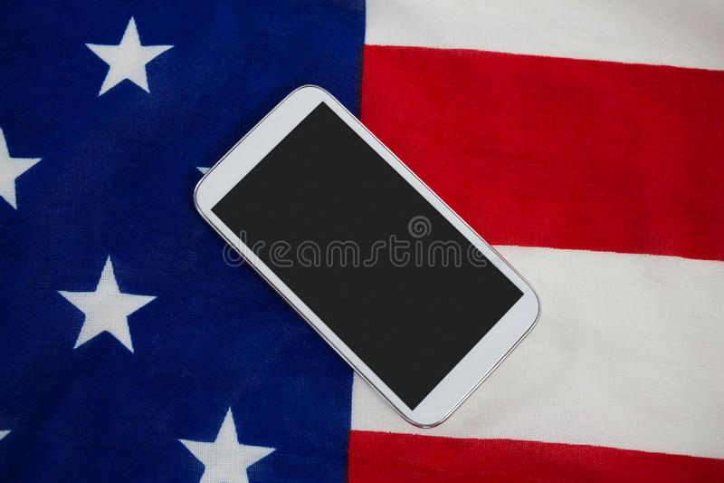 Telefon komórkowy na flaga amerykańskiej obrazy stock