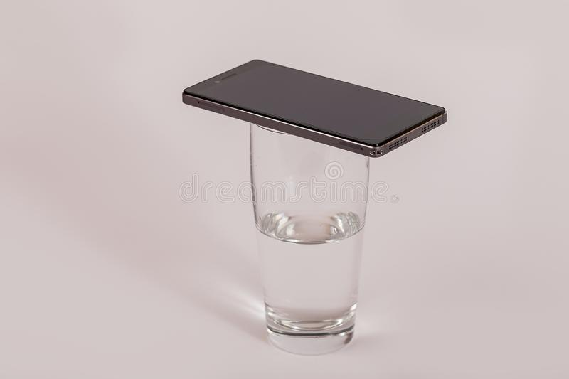 Telefon komórkowy na szkle woda zdjęcia royalty free