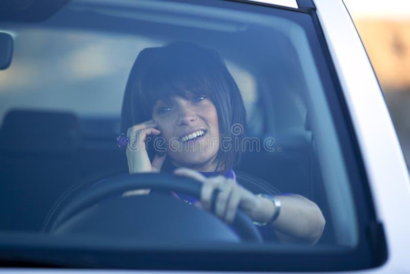 telefon komórkowy napędowa mienia kobieta obraz stock