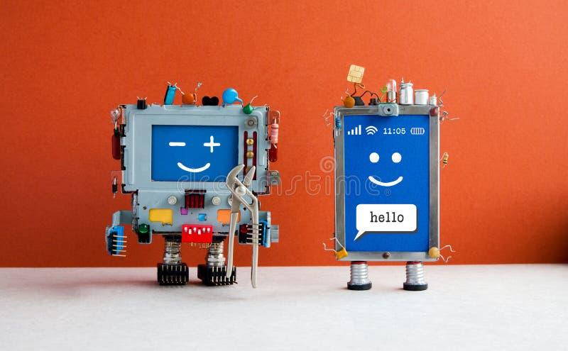 Telefon komórkowy remontowej usługa komórkowy pojęcie Smiley smartphone charakter i robot złota rączka z cążkami Rewolucjonistki  zdjęcia stock