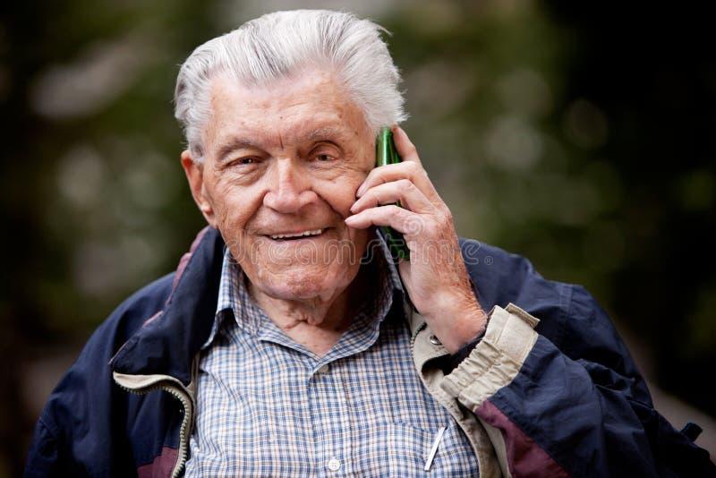 telefon komórkowy senior zdjęcie royalty free