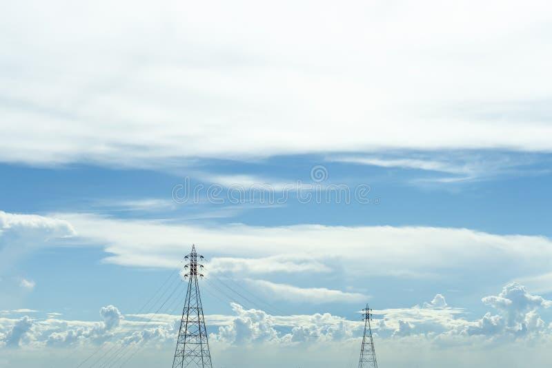 Telefon komórkowy transmisja w wieży niebieskie niebo tło zdjęcia stock