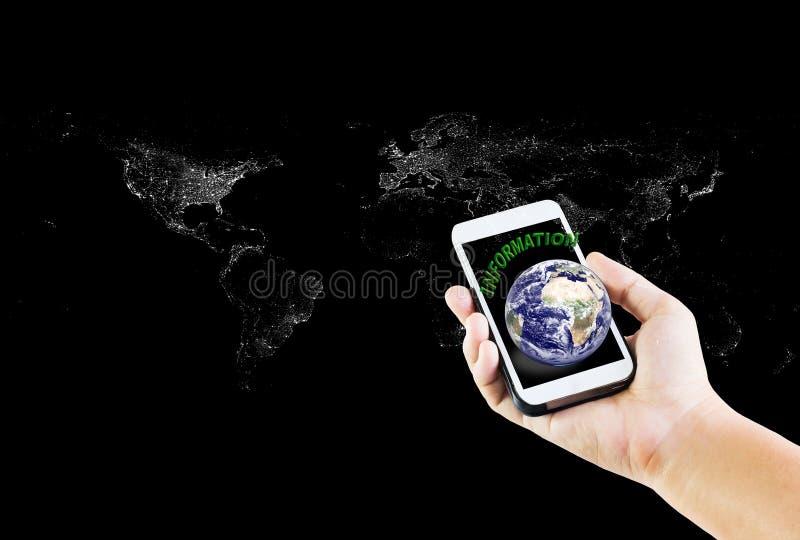 Telefon komórkowy, wisząca ozdoba z tekst informacją lub ziemia z ręką dalej obrazy stock